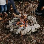 feu de camp avec des jambes autour