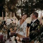 mariés à table au borde blanque